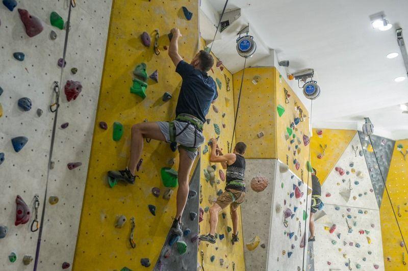 dos hombres escalando en beclimb málaga